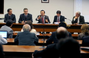 Pedro Chaves (PMDB-GO), center, author of the draft Law 7056/10