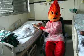 Mascot makes visit to hospital with burn victims