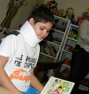 Luiz Felipe Pereira, 13, of Costa Marques (RO), lived eight years with his chin almost glued to the chest after an accident with fire
