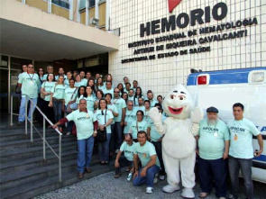 Fiocruz workers gathered in front of the Hemorio for collective blood donation