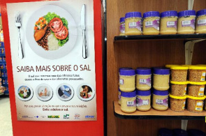 Poster salt reduction in supermarket. Material is part of the campaign launched by Health Secretary Estudal