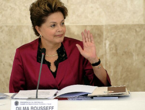 Dilma Rousseff, president of Brazil, signed the law establishing within 60 days for patients with cancer receive treatment in the first SUS.