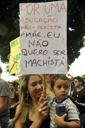 Example. Mother with son participates in the March of bitches, held in May 2012 in Brasilia