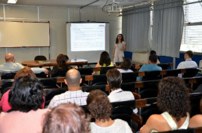 Researcher at the Center for Statistics and Information FJP, Karina Rabelo, presents the study results.