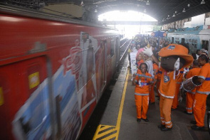 Season's Engenho de Dentro to the Central Station of Brazil, the theater group and the samba Municipal Urban Cleaning Company (Columrb) travels wagons passing information