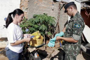 Army soldier during combat dengue in Goiania. Estimate is being made 16,000 home visits