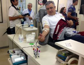 The Health Minister Alexandre Padilha, donates blood during the opening of the campaign Blood Corinthians in Sao Paulo