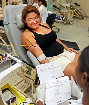 Pamela da Silva Ramos, administrative assistant, during blood donation
