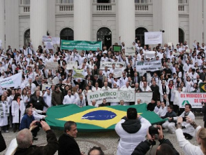Doctors and students participate in demonstration in Curitiba. Protests gathered 2000 people