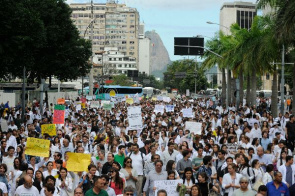 Approximately 3000 physicians from Rio, according to the Regional Medical Council (CREMERJ), participate in a protest march to the city center