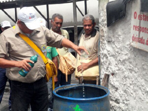 Health worker puts sodium hypochlorite in residence. Only in 2013, Minas Gerais has recorded 211,984 cases of dengue