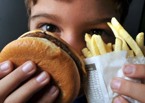 Bill prohibits canteens and cafeterias installed in schools to sell beverages of low nutritional value or foods with high amounts of saturated fat