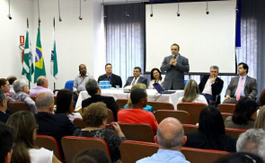 Promoteres justice and health professionals, discuss during a meeting in Foz Iguçau, actions to control dengue.