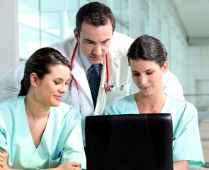 Accreditation Council for Graduate Medical Education limitou as horas de trabalho de residentes para evitar erros resultantes de fadiga