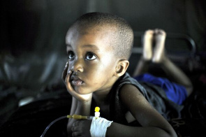 Child receives treatment for malaria. WHO stresses that are needed $ 450 million over three years to combat the disease.