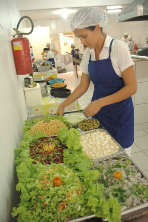 Preparing a healthy meal at restaurant