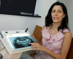 The dentists Flávia Gambareli Riquet, author of the doctoral thesis defended at the FOP