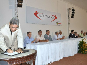 Governor Marcelo Déda signs contract for public action